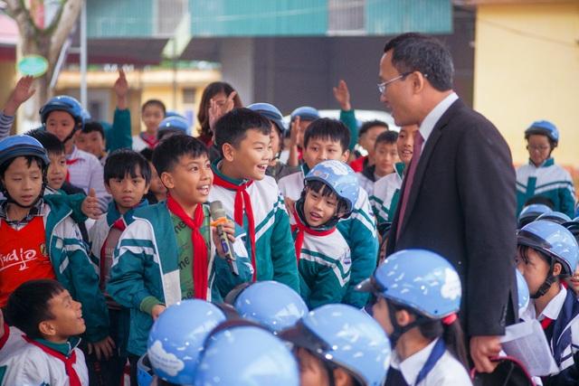 Trao tặng hơn 2000 mũ bảo hiểm cho các em học sinh Yên Bái - 4