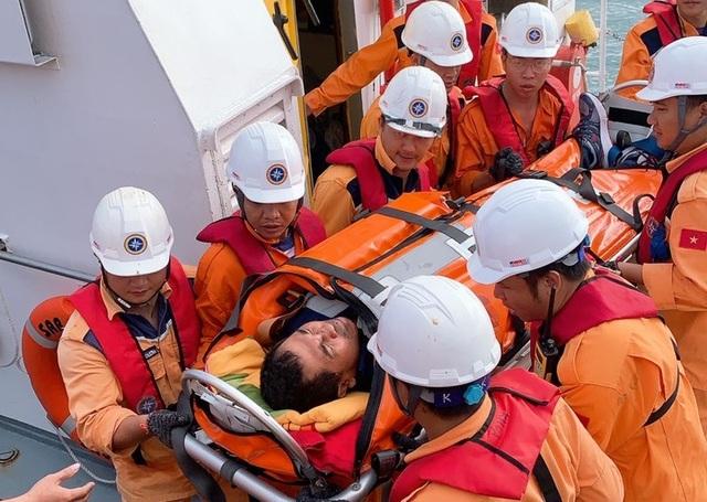 Cứu thuyền viên người Indonesia bị nạn ngoài khơi Nha Trang - 2