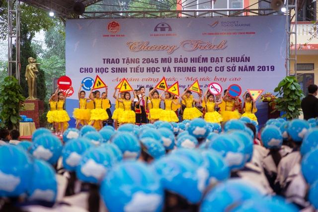 Trao tặng hơn 2000 mũ bảo hiểm cho các em học sinh Yên Bái - 3