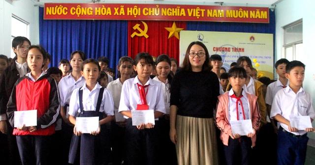 Phú Yên: Trao 100 suất học bổng đến con em ngư dân vượt khó học giỏi - 1
