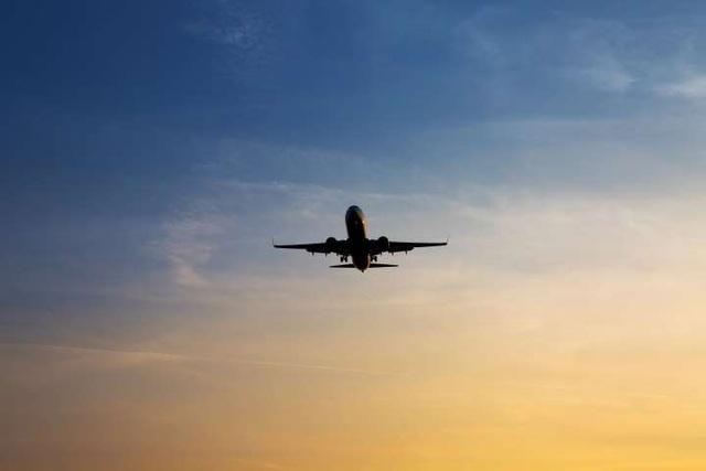 Indonesia: Máy bay đang hạ cánh bị nã súng xối xả - 1