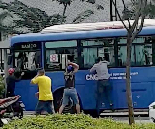 Nhóm thanh niên ngang nhiên đập nát kính xe buýt ở TPHCM - 1