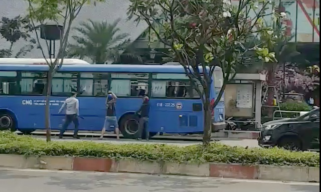 Nhóm thanh niên ngang nhiên đập nát kính xe buýt ở TPHCM - 2