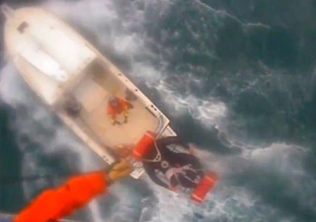Khoảnh khắc trực thăng tuần duyên Mỹ cứu người bị cá mập cắn trên biển - 1