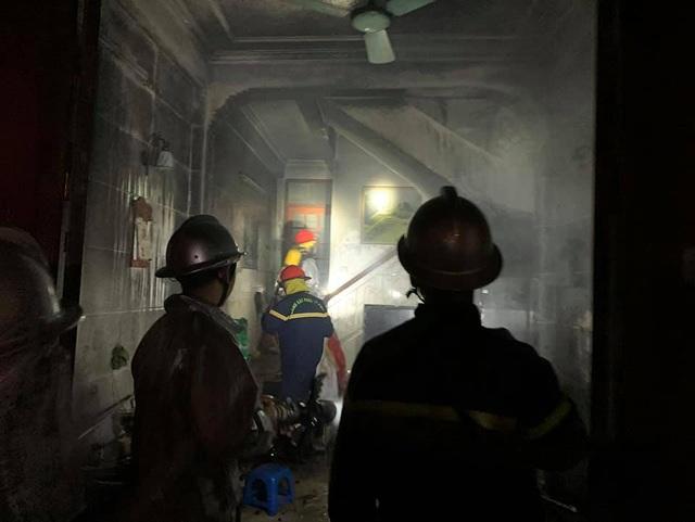 Cảnh sát giải cứu 6 người trong ngôi nhà cháy - 3