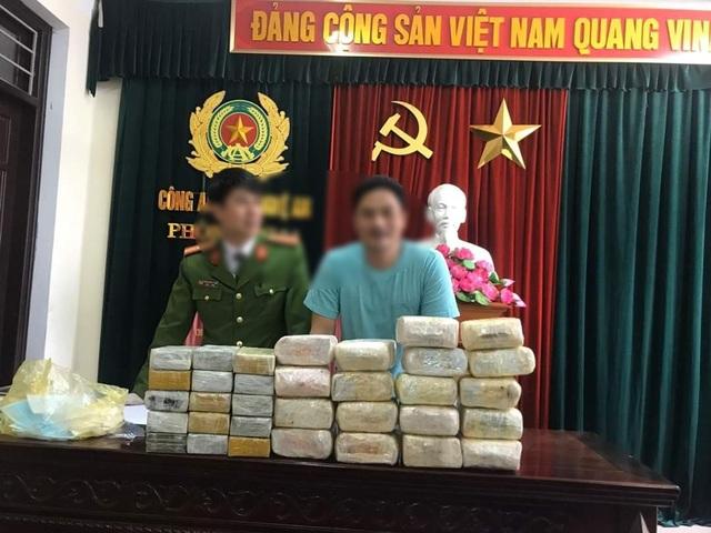 2 đối tượng người Lào vận chuyển 18kg ma túy đá và 30 bánhheroin - 1