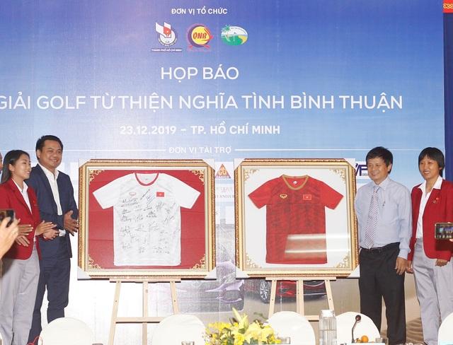 Bán đấu giá 2 áo đấu có chữ ký của các cầu thủ nữ Việt Nam tại giải golf từ thiện - 1
