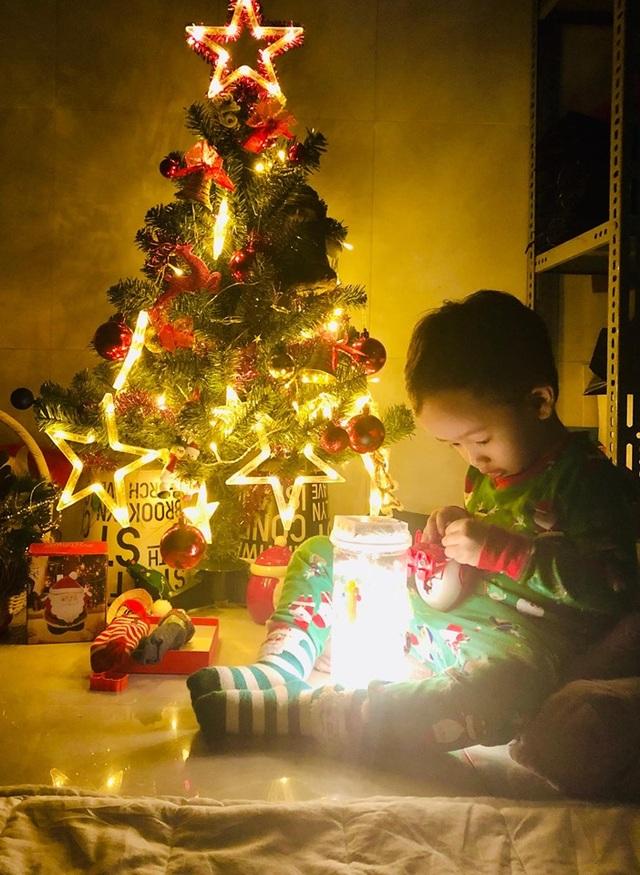 Cả nhà tẽn tò khi ông già Noel đến tặng quà, con nói: Ông là đồ... giả! - 1