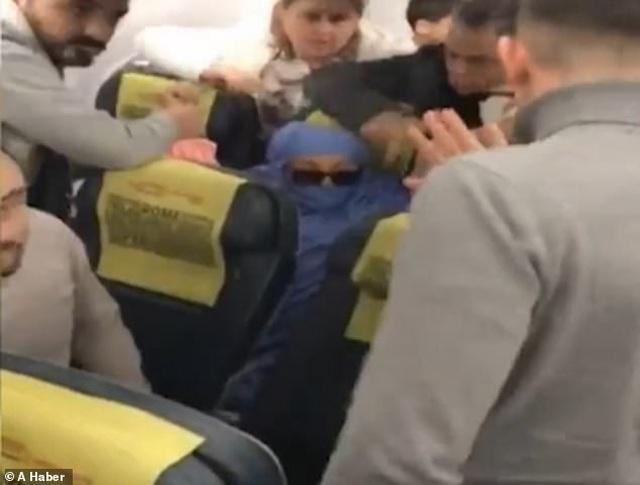 Nữ hành khách cố tình bật lửa hút thuốc, dọa cho nổ tung máy bay - 1
