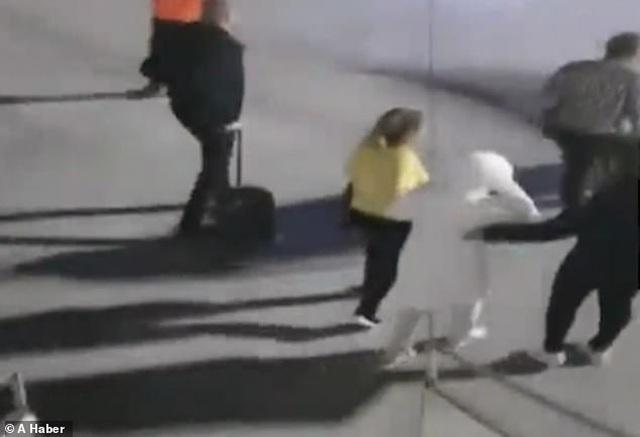 Nữ hành khách cố tình bật lửa hút thuốc, dọa cho nổ tung máy bay - 2