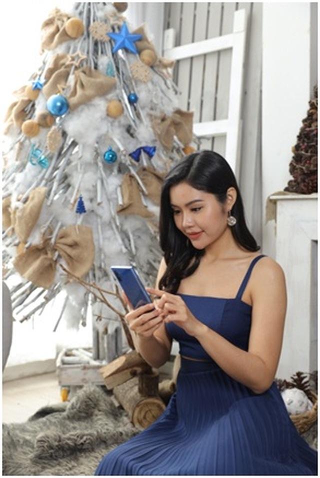Tín đồ thời trang bật mí lý do phải lòng smartphone màu Xanh Aura mùa lễ hội - 1
