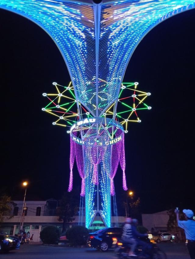 Các nhà thờ trang trí bắt mắt, đường phố đông nghịt người vui chơi đêm Noel  - 5