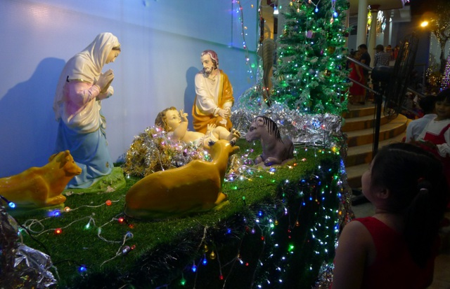 Các nhà thờ trang trí bắt mắt, đường phố đông nghịt người vui chơi đêm Noel  - 10