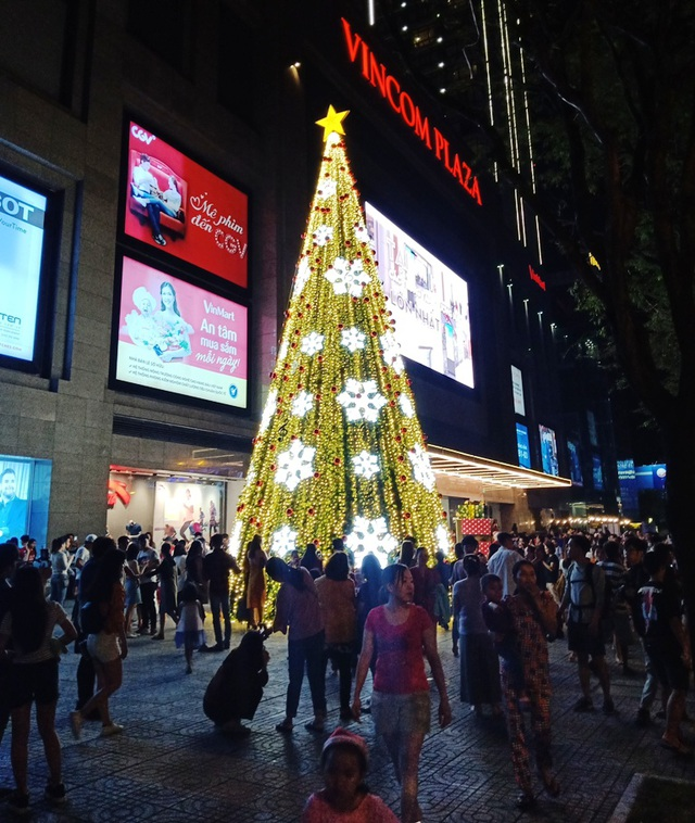 Các nhà thờ trang trí bắt mắt, đường phố đông nghịt người vui chơi đêm Noel  - 3