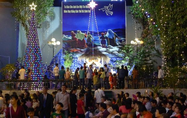 Các nhà thờ trang trí bắt mắt, đường phố đông nghịt người vui chơi đêm Noel  - 11