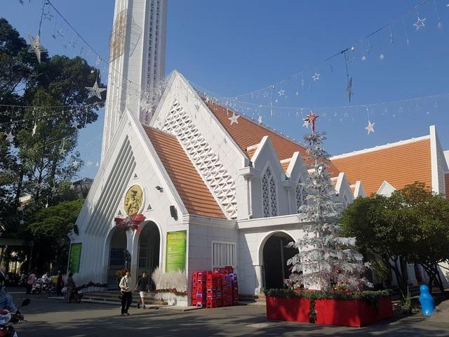 Nhà thờ đón giáng sinh.jpg