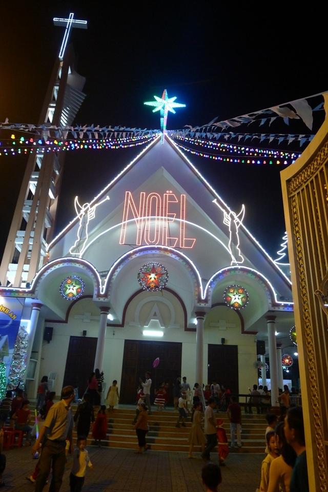 Các nhà thờ trang trí bắt mắt, đường phố đông nghịt người vui chơi đêm Noel  - 8