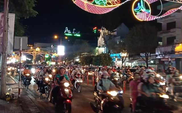 Các nhà thờ trang trí bắt mắt, đường phố đông nghịt người vui chơi đêm Noel  - 2