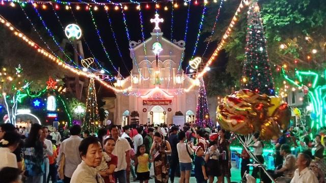 Các nhà thờ trang trí bắt mắt, đường phố đông nghịt người vui chơi đêm Noel  - 12