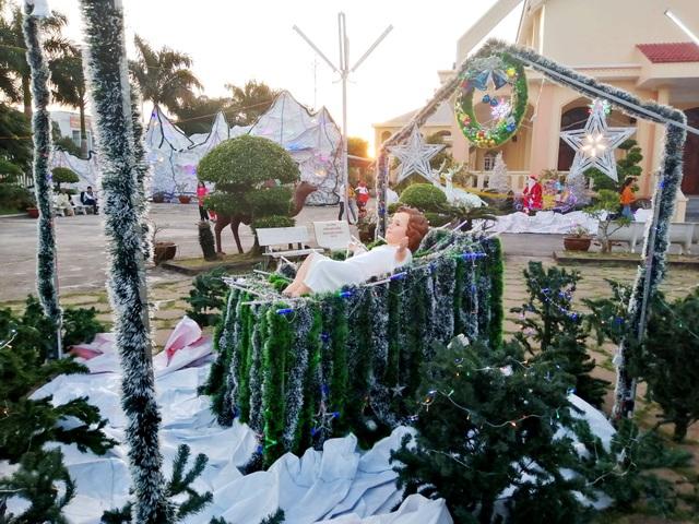 Các nhà thờ trang trí bắt mắt, đường phố đông nghịt người vui chơi đêm Noel  - 28