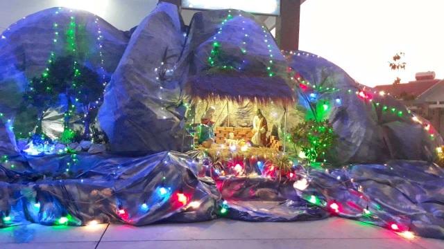 Các nhà thờ trang trí bắt mắt, đường phố đông nghịt người vui chơi đêm Noel  - 18