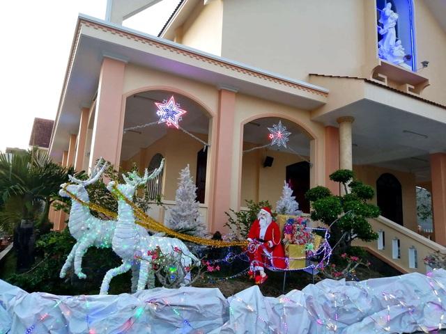 Các nhà thờ trang trí bắt mắt, đường phố đông nghịt người vui chơi đêm Noel  - 31