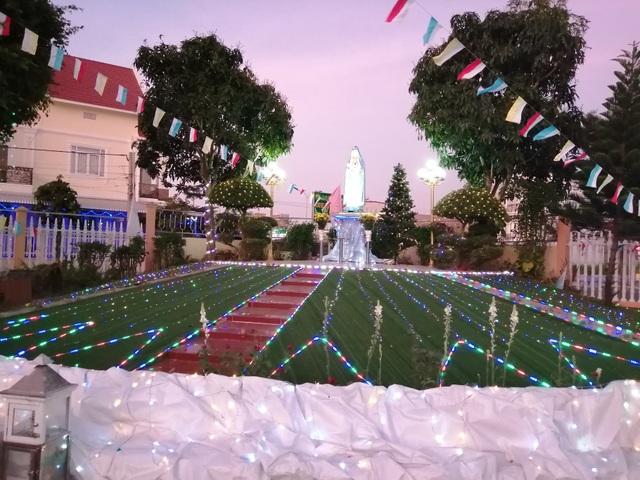 Các nhà thờ trang trí bắt mắt, đường phố đông nghịt người vui chơi đêm Noel  - 32