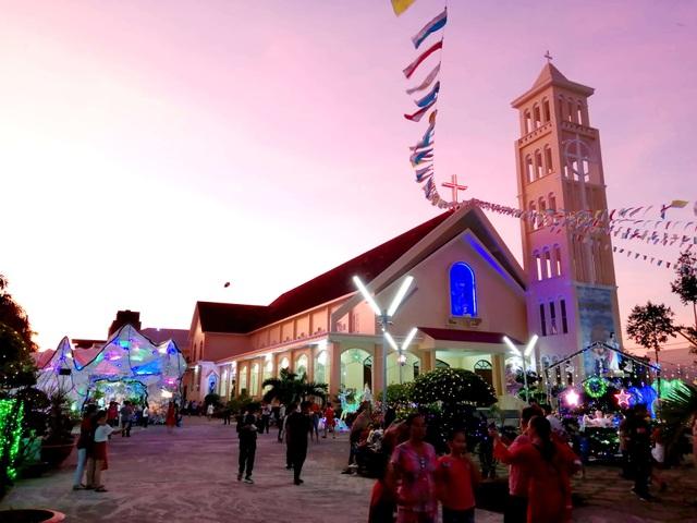 Các nhà thờ trang trí bắt mắt, đường phố đông nghịt người vui chơi đêm Noel  - 27