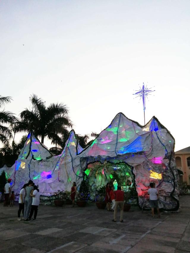 Các nhà thờ trang trí bắt mắt, đường phố đông nghịt người vui chơi đêm Noel  - 29