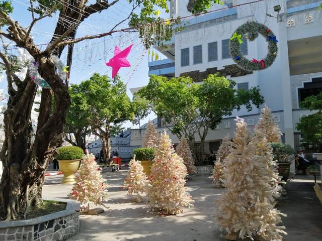 Các nhà thờ trang trí bắt mắt, đường phố đông nghịt người vui chơi đêm Noel  - 21