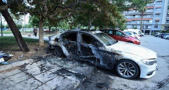 Xe ngoại giao Thổ Nhĩ Kỳ bị đốt cháy ở Hy Lạp - 1