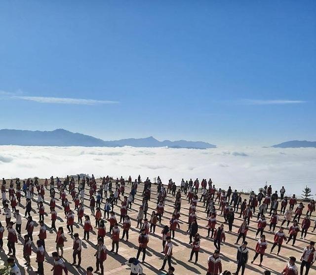 """Dân mạng thích thú với hình ảnh """"trường học trên mây"""" ở Hà Giang - 1"""