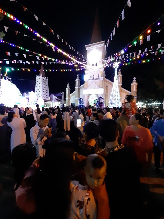 Các nhà thờ trang trí bắt mắt, đường phố đông nghịt người vui chơi đêm Noel  - 38