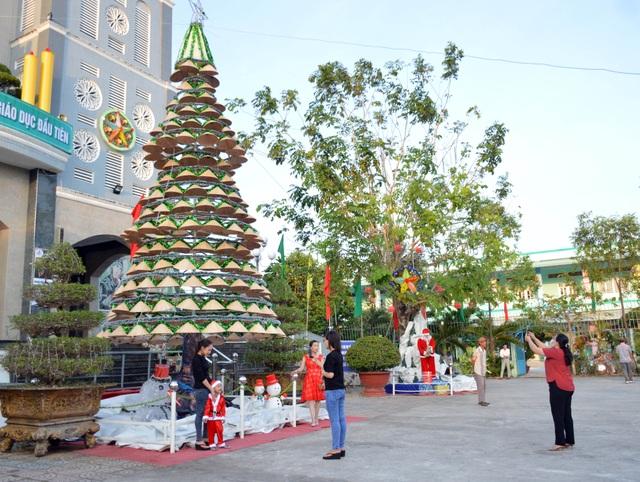 Các nhà thờ trang trí bắt mắt, đường phố đông nghịt người vui chơi đêm Noel  - 35