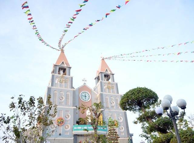 Các nhà thờ trang trí bắt mắt, đường phố đông nghịt người vui chơi đêm Noel  - 34
