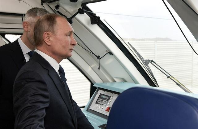 Ông Putin khánh thành cầu đường sắt dài nhất châu Âu nối Nga - Crimea - 3