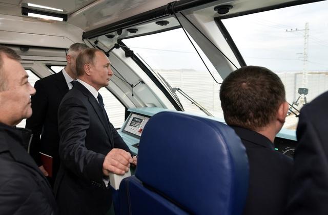 Ông Putin khánh thành cầu đường sắt dài nhất châu Âu nối Nga - Crimea - 4