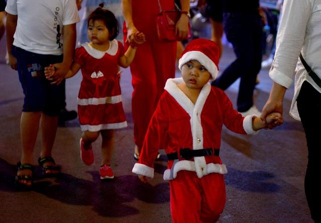 Những em bé đáng yêu trong đêm Giáng sinh trên phố Tây Sài Gòn - 10