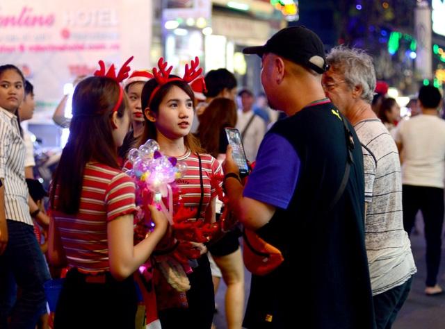 Những em bé đáng yêu trong đêm Giáng sinh trên phố Tây Sài Gòn - 16