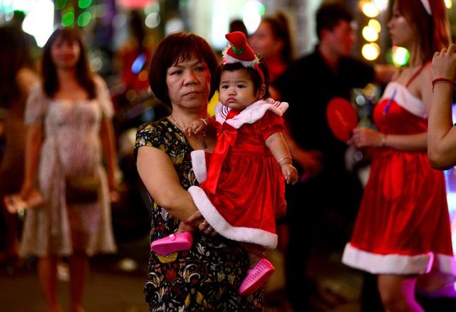 Những em bé đáng yêu trong đêm Giáng sinh trên phố Tây Sài Gòn - 2
