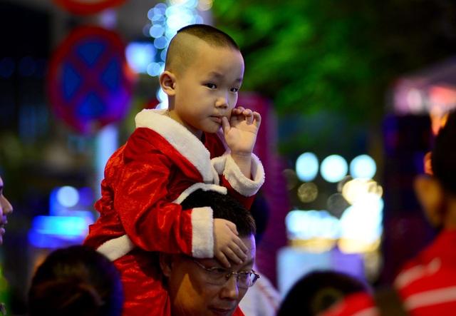 Những em bé đáng yêu trong đêm Giáng sinh trên phố Tây Sài Gòn - 4