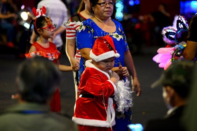 Những em bé đáng yêu trong đêm Giáng sinh trên phố Tây Sài Gòn - 7