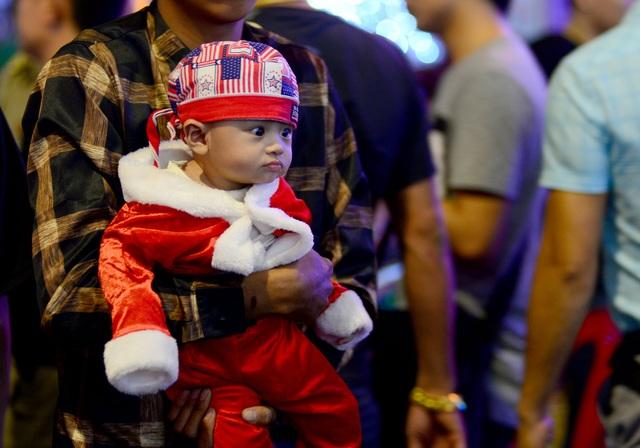 Những em bé đáng yêu trong đêm Giáng sinh trên phố Tây Sài Gòn - 11