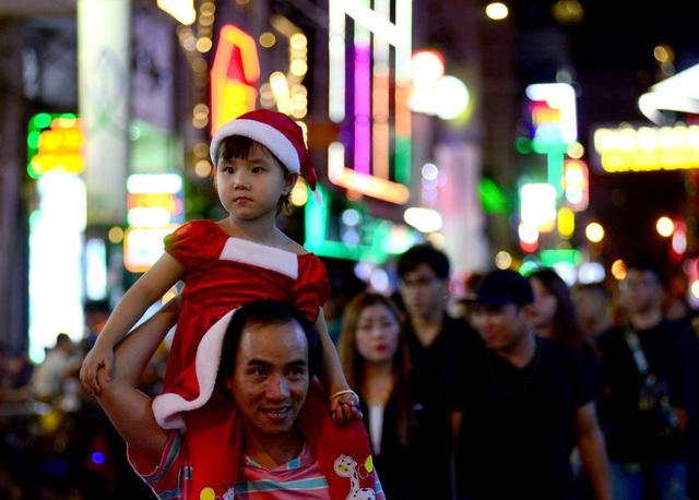Những em bé đáng yêu trong đêm Giáng sinh trên phố Tây Sài Gòn - 13