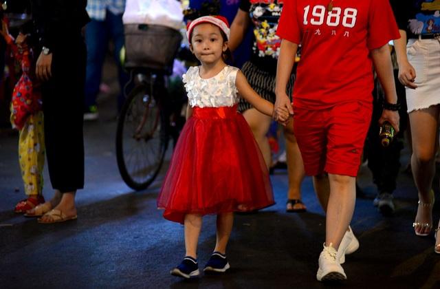 Những em bé đáng yêu trong đêm Giáng sinh trên phố Tây Sài Gòn - 1