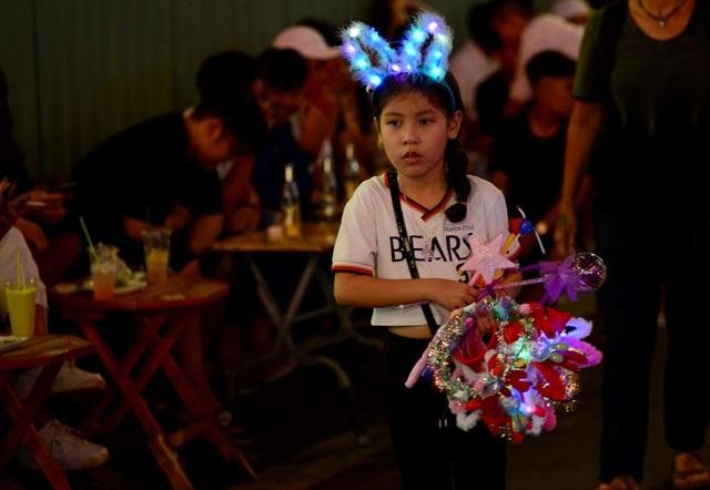 Những em bé đáng yêu trong đêm Giáng sinh trên phố Tây Sài Gòn - 8