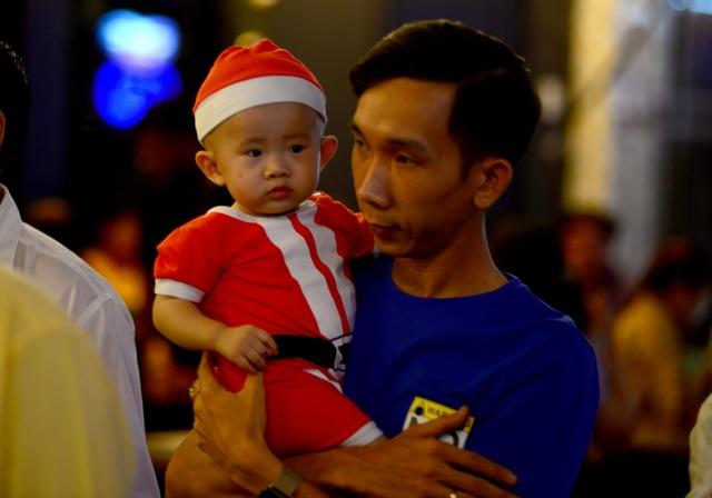 Những em bé đáng yêu trong đêm Giáng sinh trên phố Tây Sài Gòn - 9