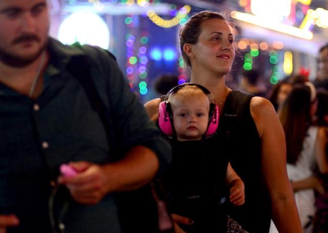 Những em bé đáng yêu trong đêm Giáng sinh trên phố Tây Sài Gòn - 5
