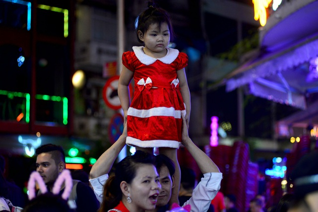 Những em bé đáng yêu trong đêm Giáng sinh trên phố Tây Sài Gòn - 3