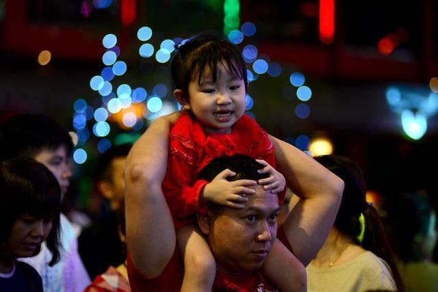 Những em bé đáng yêu trong đêm Giáng sinh trên phố Tây Sài Gòn - 6